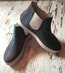 Vadonatúj csillogós tavaszi cipő