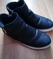 Krokodilbőr hatású sötétkék bélelt cipő