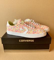 converse címkés cipő