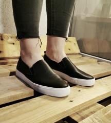 Fekete slipon cipő