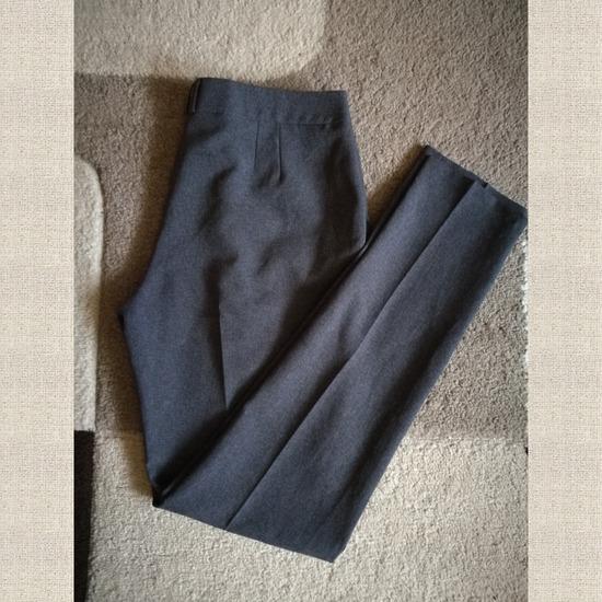 Élére vasalt szürke nadrág
