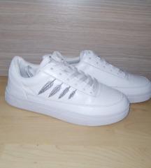 Újszerű sportcipők