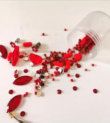 Piros strasszok és gyöngyök ékszerkészítéshez