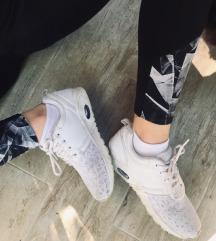 Fehér sportcipő