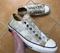 Converse arany díszítésű cipő