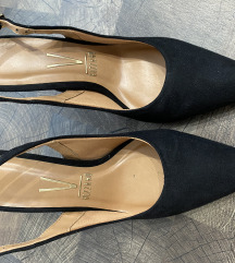 Tűsarkú fekete cipő