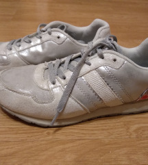 Ezüt-fehér edzőcipő