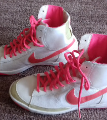 Nike magasszárú cipő