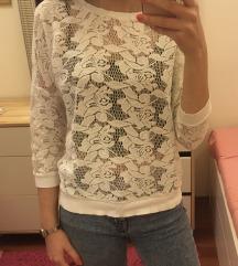 fehér és fekete áttetsző pulóverek