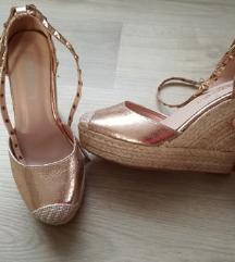 Arany-fonott telitalpú cipő