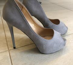 Új, szürke magassarkú cipő