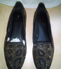 Szegecses, csillügós topánka
