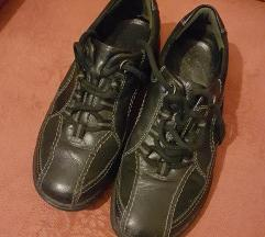Fekete, gördülőtalpas cipő