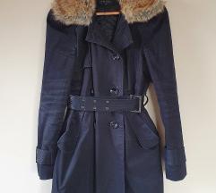 Fekete bélelt kabát bundás gallérral