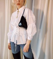 Fehér ing fűzővel/övvel