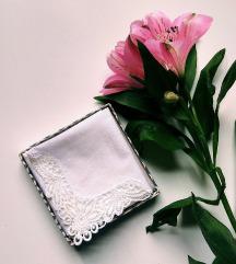 🌸 Csipkés sarkú, régi fehér ruhazsebkendő