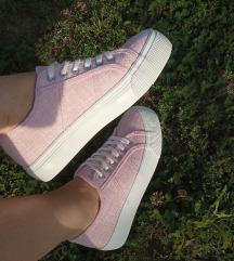 Babarózsaszín magasított talpú cipő
