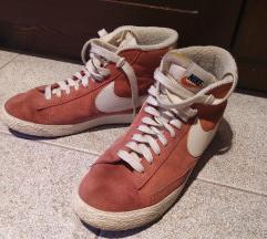 Piros Nike cipő