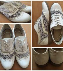 Fehér csipkés cipő
