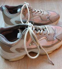 Magasított talpú sportcipő