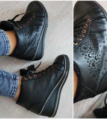 Fekete mübőr tornacipő