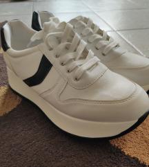 Magastalpú cipő fehèr