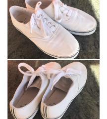 Fehér, rövidszárú cipő