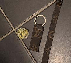 Lv karkötő kulcstartó, versace kitűző