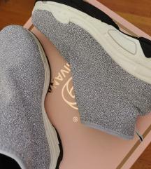 Csillogó zokni cipő