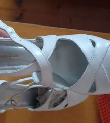 Új, bőr cipő/szandál nagyon kényelmes! :)