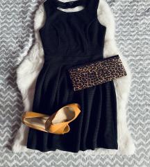 Fekete egyszerű ruha, szoknya része fodros