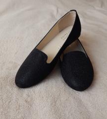 fekete, enyhén csillogó cipő