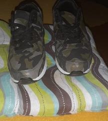 Terepszínű sportcipő