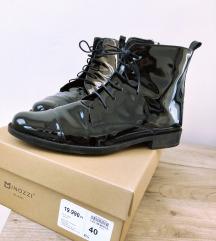 Fekete lakkcipő