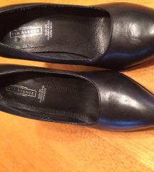Fekete magassarkú cipő