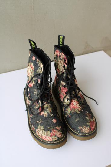 Virágos bakancs