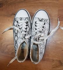 Kígyómintás tornacipő
