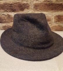 56-os férfi szürke kalap.