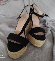 Magasított talpu nyári cipő.