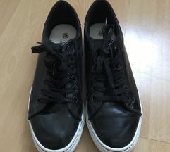 fekete rövidszárú cipő