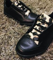 Fekete-párducmintás cipő