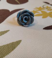Ezüstszínű virágos gyűrű