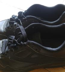 Jó állapotú, magasított talpú fekete sportcipő