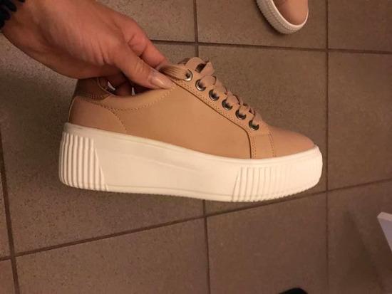Magasított talpú sneaker