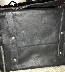 fekete kis táska (nem olyan kicsi)