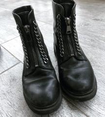 Fekete láncos bakancs