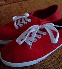 Piros fűzős cipő