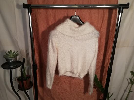 Bolyhos fehér pulcsi