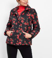Egyedi vörös-fekete rózsás kabát