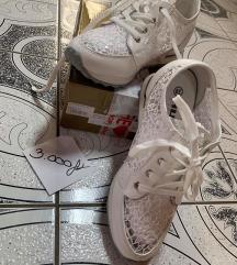 Fehér csipkés edzőcipő
